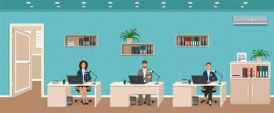 Het binnenland van de bureauruimte met drie buiten werkplaatsen, werkende werknemer en deur Arbeiders die bij bureaus zitten stock illustratie