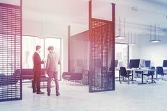 Het binnenland van de het bureauwachtkamer van de metaalmuur, mensen Stock Afbeeldingen