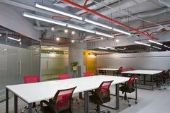 Het binnenland van de conferentieruimte met lege stoelen en het projectorscherm Royalty-vrije Stock Foto's