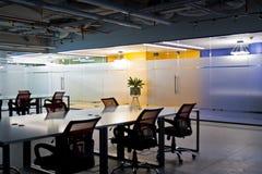 Het binnenland van de conferentieruimte met lege stoelen en het projectorscherm Stock Afbeeldingen