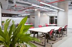 Het binnenland van de conferentieruimte met lege stoelen en het projectorscherm Stock Afbeelding