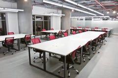 Het binnenland van de conferentieruimte met lege stoelen en het projectorscherm Royalty-vrije Stock Fotografie