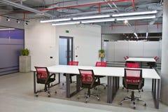 Het binnenland van de conferentieruimte met lege stoelen en het projectorscherm Royalty-vrije Stock Foto