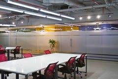 Het binnenland van de conferentieruimte met lege stoelen en het projectorscherm Royalty-vrije Stock Afbeelding