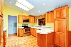 Het binnenland van de de keukenruimte van het plattelandshuis met dakramen Stock Foto's