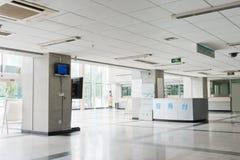 Het binnenland van de gang binnen het modern ziekenhuis Royalty-vrije Stock Afbeeldingen