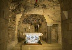 Het binnenland van de grot van de Aankondigingsbasiliek in Nazareth, de Latijnse inschrijving leest: 'Hier werd het Woord vlees ' stock afbeelding