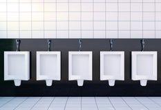 Het binnenland van de het toiletruimte van openbare mensen met witte urinoirsrij op witte tegelsmuur en vloer Royalty-vrije Stock Fotografie