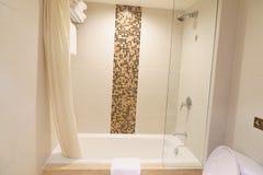 Het binnenland van de hotelbadkamers stock fotografie