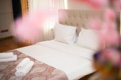 Het binnenland van de hotelruimte, de slaapkamer van de hotelruimte, hotelruimte met gouden lamp, Flatruimte royalty-vrije stock fotografie