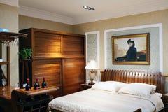 Het binnenland van de hotelslaapkamer met tweepersoonsbed Stock Fotografie