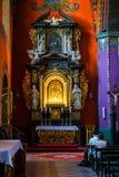 Het binnenland van de Katholieke kerk bouwde de vijftiende eeuw in de Gotische stijl in royalty-vrije stock foto's