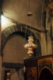 Het binnenland van de kerk Pictogrammen, kroonluchter, kaarsen in een kleine kerk Royalty-vrije Stock Afbeeldingen