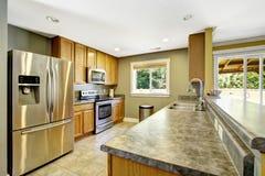 Het binnenland van de keuken Granietbovenkanten en staaltoestellen Royalty-vrije Stock Fotografie