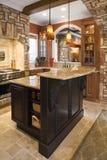 Het Binnenland van de keuken met de Accenten van de Steen in Rijke Ho Royalty-vrije Stock Foto