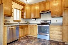 Het binnenland van de keukenruimte met bruine tegelvloer Stock Fotografie