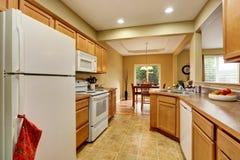 Het binnenland van de keukenruimte met tegelvloer met het dineren gebied wordt verbonden dat stock foto