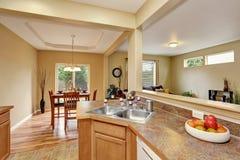Het binnenland van de keukenruimte met tegelvloer met het dineren gebied wordt verbonden dat royalty-vrije stock afbeelding
