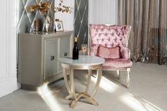Het Binnenland van de luxe Luxueuze roze fluweelleunstoel, antiquiteit gesneden meubilair, klassiek binnenland Gediende wijn in m stock foto's