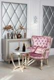 Het Binnenland van de luxe Luxueuze roze fluweelleunstoel, antiquiteit gesneden meubilair, klassiek binnenland Gediende wijn in m royalty-vrije stock afbeeldingen
