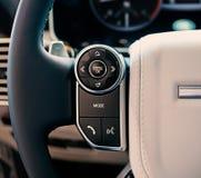 Het binnenland van de luxeauto: de systeemcontrole van verschillende media op de leiding w Royalty-vrije Stock Afbeelding
