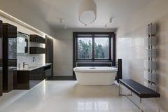 Het binnenland van de luxebadkamers met venster Stock Foto
