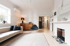 Het binnenland van de luxewoonkamer in eigentijds meubilair wordt gestileerd dat Stock Afbeelding