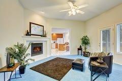 Het binnenland van de luxewoonkamer met blauwe tapijtvloer Stock Afbeelding