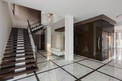 Het binnenland van de luxezaal met trap en glasgarderobe Royalty-vrije Stock Afbeelding