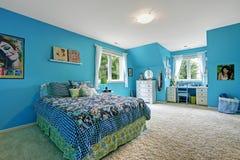 Het binnenland van de meisjesruimte in heldere blauwe kleur Stock Afbeeldingen