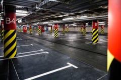 Het binnenland van de parkerengarage ondergronds Stock Foto's