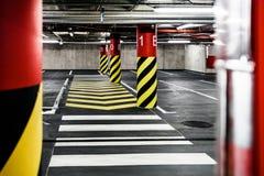 Het binnenland van de parkerengarage ondergronds Stock Afbeelding
