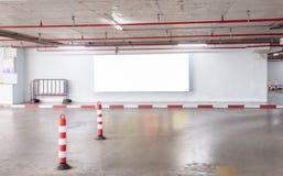 Het binnenland van de parkerengarage ondergronds met leeg aanplakbord royalty-vrije stock afbeelding