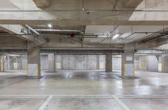 Het binnenland van de parkerengarage ondergronds met neonlichten Royalty-vrije Stock Afbeelding
