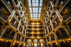 Het binnenland van de Peabody-Bibliotheek, in Mount Vernon, Baltimore, royalty-vrije stock foto