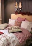 Het binnenland van de slaapkamer door de winter stock fotografie
