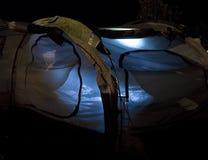 Het binnenland van de tent dat bij nacht wordt aangestoken stock foto's
