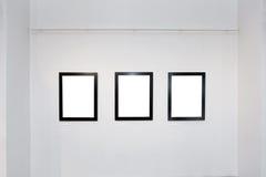 Het binnenland van de tentoonstellingsgalerij met lege kaders op muur Stock Foto's