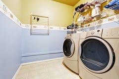 Het binnenland van de wasserijruimte in lichtblauwe en gele kleuren Royalty-vrije Stock Afbeeldingen