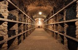 Het binnenland van de wijnkelder met vele flessen royalty-vrije stock fotografie