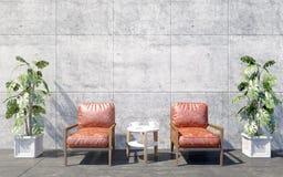 Het binnenland van de zolderwoonkamer met rode retro wapenstoel en koffietafel en decoratieve installaties Stock Fotografie