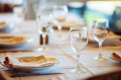 Het binnenland van de zomerkoffie - beschutte lijsten met witte tafelkleden Royalty-vrije Stock Foto