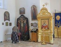 Het binnenland van een kleine provinciale kerk, de binnenhuisarchitectuur Pictogrammen, gebeden Rusland royalty-vrije stock afbeelding