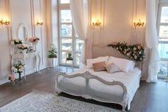 Het binnenland van een mooie slaapkamerreeks in helder wit Stock Fotografie