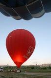 Het binnenland van een roodgloeiende luchtballon gloeit dichtbij Goreme in het Cappadocia-gebied van Turkije aangezien de propaan Stock Afbeeldingen