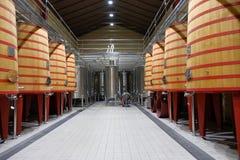 Het binnenland van een wijnkelder van Rioja riep Marques de Riscal met grote vaten waar de druiven zodat worden geworpen royalty-vrije stock foto