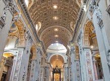 Het binnenland van heilige Peters Basilica Stock Afbeeldingen
