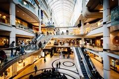 Het binnenland van het Eaton-Centrum, in Toronto van de binnenstad, Ontario stock afbeeldingen