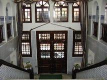 Het binnenland van het historische gebouw in opmerkelijk Algerije, steile treden en het houten bewerken Royalty-vrije Stock Afbeelding