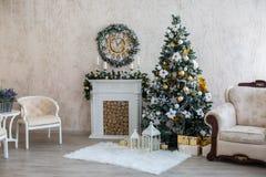 Het binnenland van het nieuwjaar met een open haard, een bont-boom en kaarsen Stock Foto's